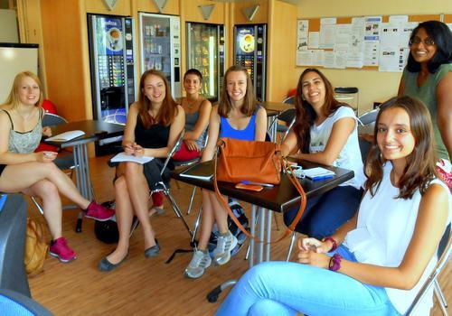 Des amitiés se nouent à la cafétéria d'ACCORD Paris.