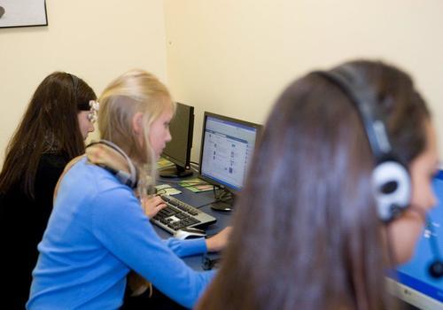 Salle d'ordinateurs avec étudiants